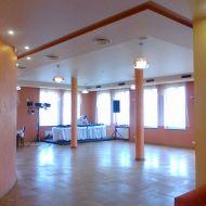 Sala taneczna w świetle dziennym