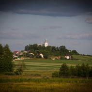 Widok na kościół w Chełmcach